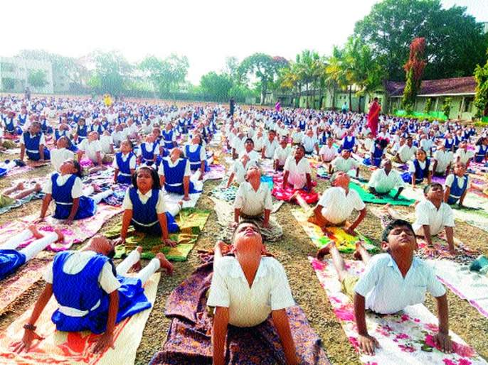 Presenting demonstration of various Yogasanas with Suryanmasaka | सूर्यनमस्कारासह विविध योगासनांची प्रात्यक्षिके सादर