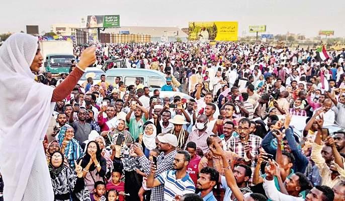 Alaa Salah, the new face of Sudan's protest | सुदानच्या सत्तापालटाचा चेहरा बनलेली अल सलाह कोण आहे?