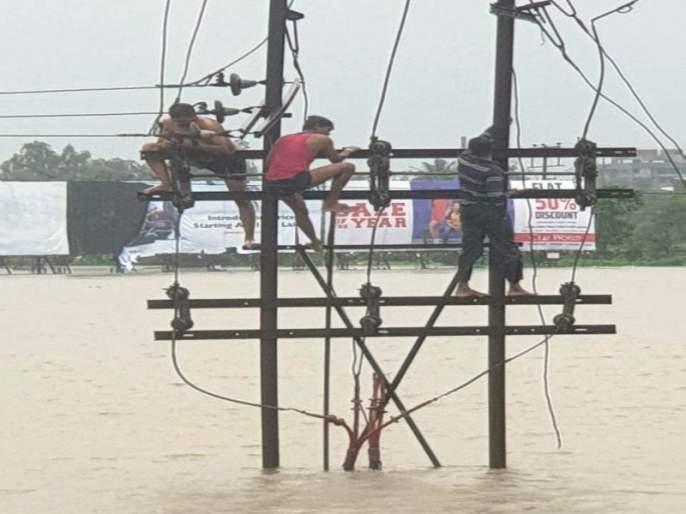 Due to heavy rainfall, loss of Rs 525 crores of mahavitaran | अतिवृष्टीमुळे महावितरणचे पुणे विभागात सव्वापाचशे कोटींचे नुकसान