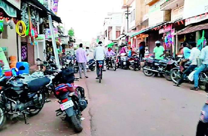 Curfew at Navegaonbandh | नवेगावबांध येथे संचारबंदीचा फज्जा