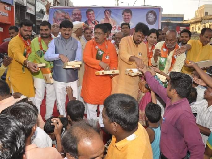 Jhela City, along with the crowd of jaunts of victory in the district | जालना शहरासह जिल्ह्यात दानवेंच्या विजयाचा फटाके फोडून जल्लोष