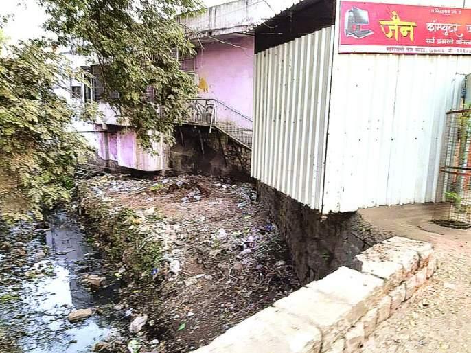 Khamgaon : encroaching on drains   खामगावात नालेही अतिक्रमणाच्या विळख्यात!
