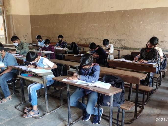 Corona's panic, declining student attendance! | कोरोनाची धास्ती, विद्यार्थ्यांची घटली उपस्थिती!