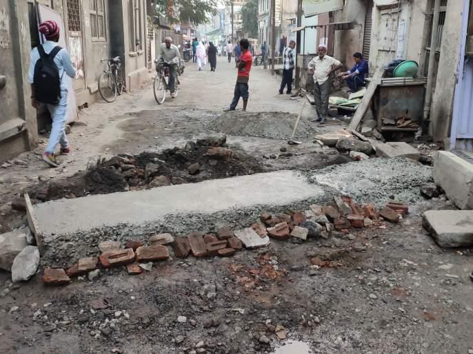 At Bhusawal, the municipality started measures by putting dappas on the road leading to Khadka Road | भुसावळ येथे पालिकेतर्फे खडका रोडकडे जाणाऱ्या रस्त्यावर ढापा टाकून उपाययोजना सुरू