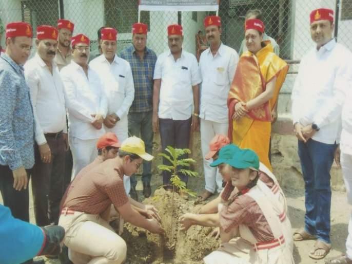 The start of the tree adoption plan in the dust   धुळ्यात वृक्ष दत्तक योजनेची जल्लोषात सुरूवात
