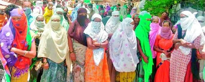 Women took to the streets for necessities   जीवनावश्यक वस्तूसाठी महिला उतरल्या रस्त्यावर