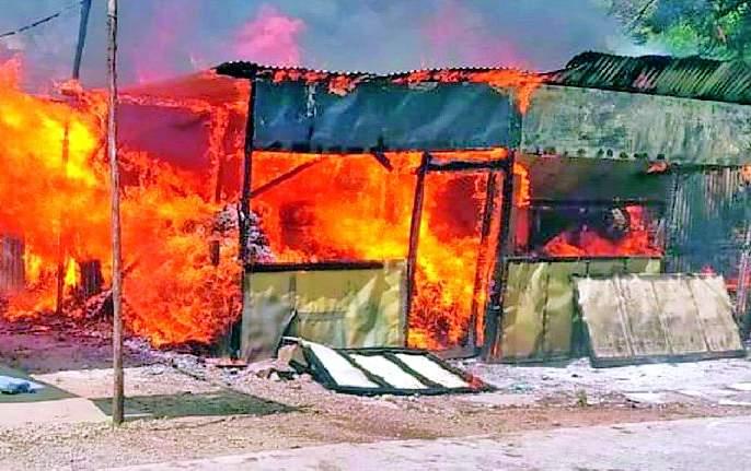 Terrible fire in the Pushpakunj   पुष्पकुंजमध्ये भीषण आग