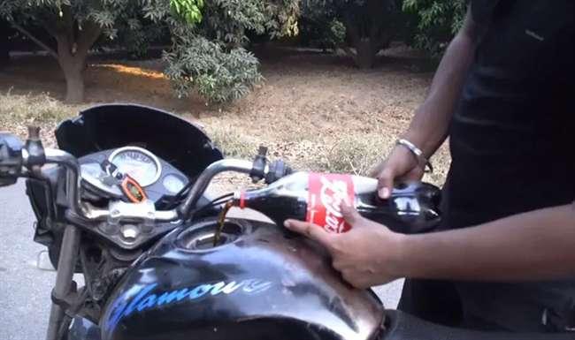 By using gasoline, he filled the coca-cola in the tank, and ... | बाईकमधलं पेट्रोल काढून त्यानं टाकीत चक्क कोका-कोला भरलं, अन्...