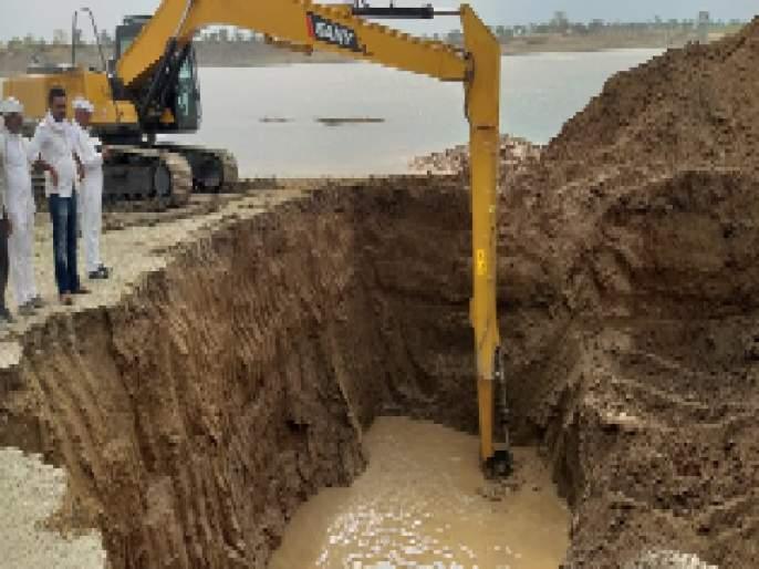 Water supply in the dam | धरणातील चरच ठरतेय पाण्याचा आधार