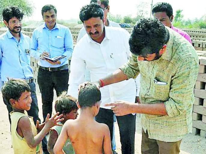 State Ministers interact with children of brick kilns   राज्यमंत्र्यांचा वीटभट्टी मजुरांच्या मुलांशी संवाद