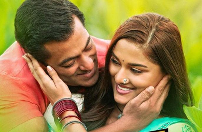 Sonakshi Sinha gives a befitting reply on Salman Khan romancing a 21-year-old in Dabangg 3 | पन्नाशीच्या सलमान खानचा 21 वर्षांच्या सई मांजरेकरशी ऑनस्क्रीन रोमान्स...! सोनाने दिले हे उत्तर!! !!
