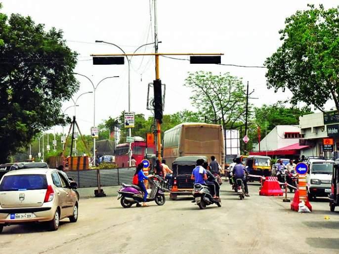Construction of two main routes simultaneously in Akola City | अकोला शहरात एकाच वेळी दोन मुख्य मार्गांवर बांधकाम; अकोलेकरांची कोंडी