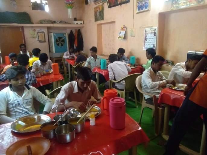 Free meals for 'poor' students | होतकरु गरीब विद्यार्थ्यांना 'आदर्श'मध्ये मोफत जेवण