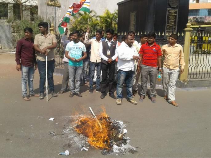 Sangli: Statue of Sadhau's car rammed, Raju Shetty's statue burned   सांगली : सदाभाऊच्या गाडीवरील दगडफेकीला रयतचे प्रत्युत्तर, राजू शेट्टी यांच्या पुतळा जाळला
