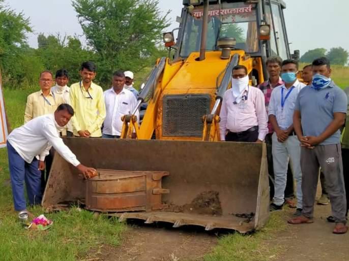 Road work under Maharajaswa to Vadzhakan | वडझाकणला महाराजस्वअंतर्गत रस्ता काम