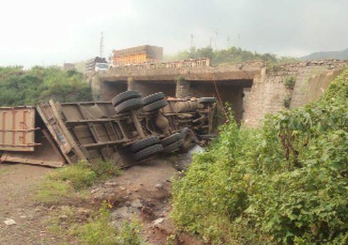 The container collapsed off the bridge | सुरत राष्ट्रीय महामार्गावर पुलावरून कंटेनर कोसळला