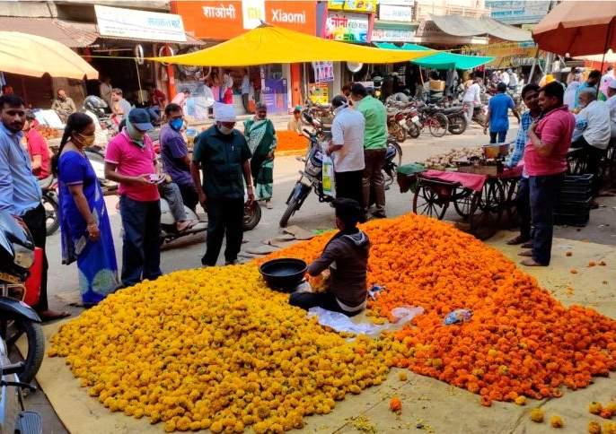The market blossomed on the eve of Dussehra | दसऱ्याच्या पूर्वसंध्येला बाजारपेठ फुलली