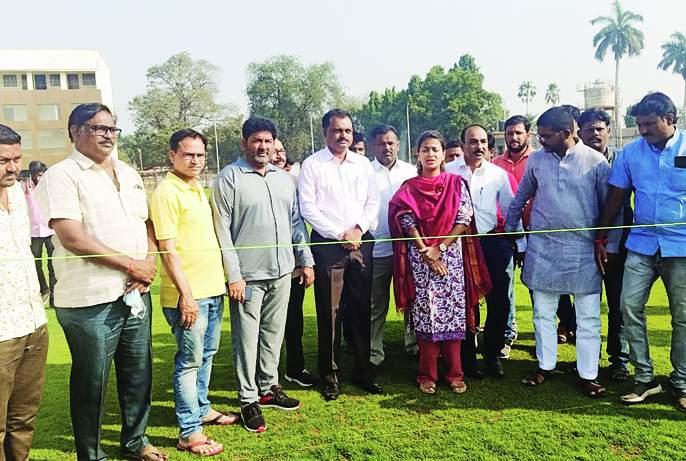 Praniti Shinde was amazed to see the beautification of Indira Gandhi Stadium in Solapur   सोलापुरातील इंदिरा गांधी स्टेडियमचे सुशोभिकरण पाहून प्रणिती शिंदे झाल्या अवाक्