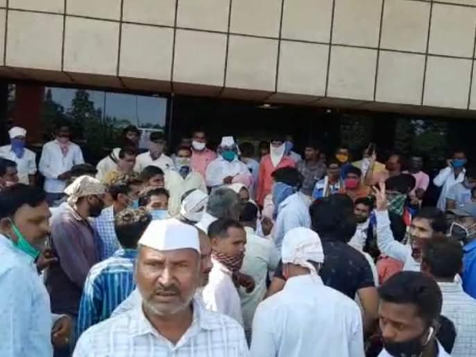 Onion auction closed as soon as prices fall in Pimpalgaon | पिंपळगावी दर घसरताच कांदा लिलाव बंद