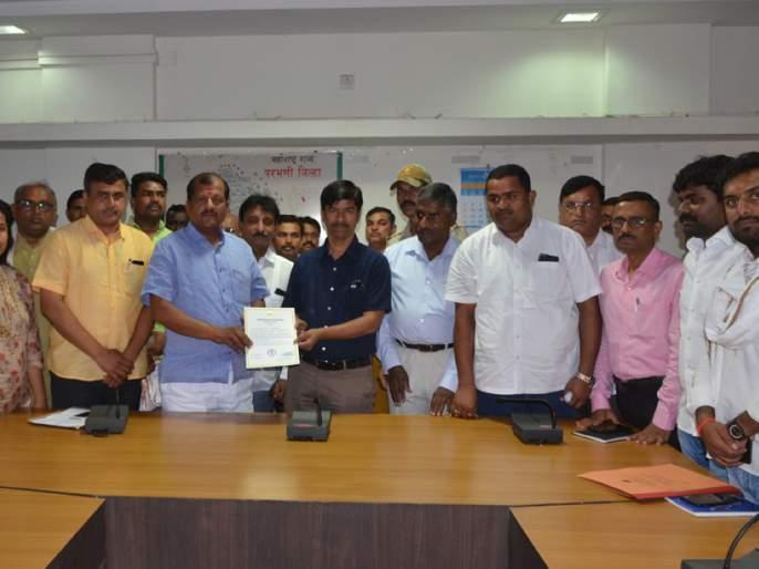 Parbhani: Jadhav has won the certificate of victory | परभणी : जाधव यांना विजयाचे प्रमाणपत्र केले प्रदान