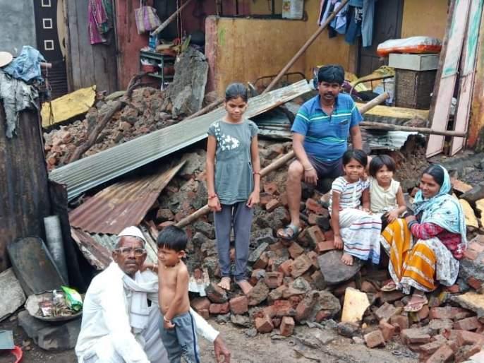 Rain falls in Chalisgaon after the house collapses | चाळीसगावात पावसामुळे घर कोसळून कुटुंब उघड्यावर