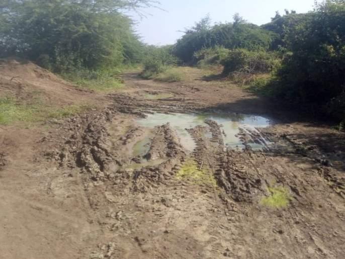 Devakanagar in Dhule district deprived of infrastructure | धुळे जिल्ह्यातील देवकानगर मुलभूत सुविधांपासून वंचीत