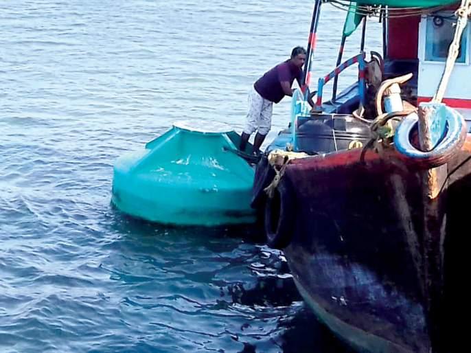 Directional buoy found in the deep sea to the basin | गस्तीनौकेला खोल समुद्रात आढळले दिशादर्शक बोया