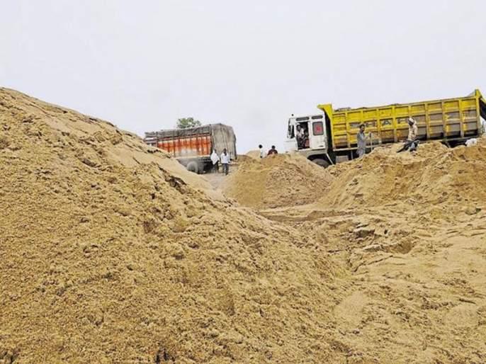 Illegal reserves of 25 brass sand seized at Purna river! | पूर्णा नदीकाठावर २५ ब्रास वाळूचा अवैध साठा जप्त!