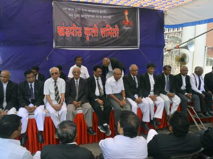 For Circuit Bench, advocates of non-cooperation in Kolhapur remain out of court   सर्किट बेंचसाठी कोल्हापूरात वकिलांचा असहकार कायम, न्यायालयाबाहेर ठिय्या