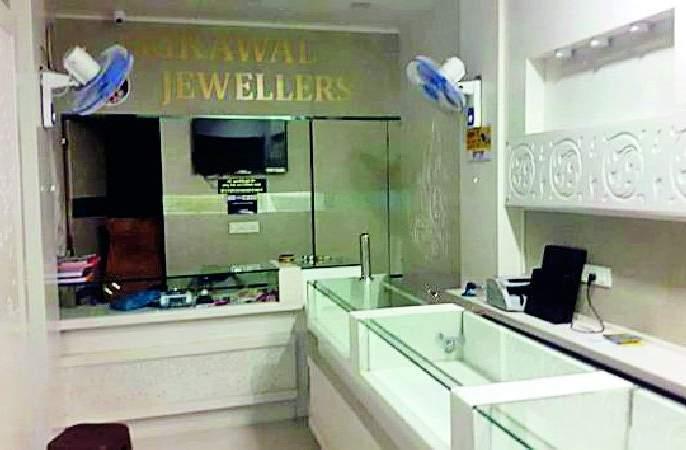 78 lac theft in jewelry shop | परतवाड्यातील सराफा दुकानात ७८ लाखांची लूट