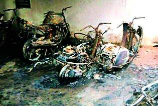 Four bikes and two bicycles were burnt in the night   रात्रीला चार दुचाकी व दोन सायकली जाळल्या