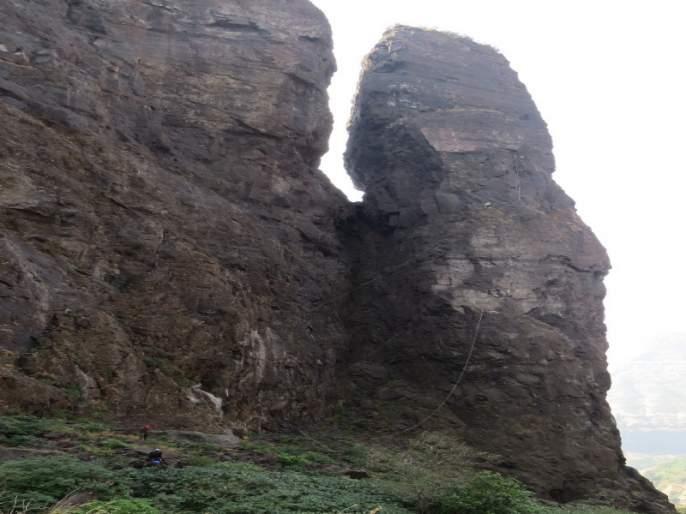 710 foot ban sulka cross by durgpremi | दुर्गप्रेमीकडून तब्बल ७१० फुट 'बाण' सुळका केला सर
