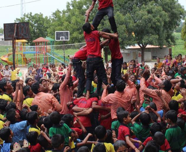 Dahihandi celebreted by 'Govinda's | 'गोविंदा'च्या जयघोषात दहीहंडी फोडली