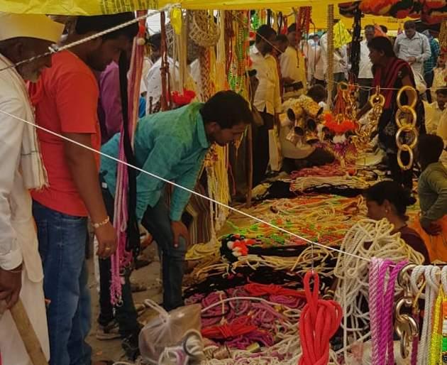 Crowds to buy baked goods | पोळ्यासाठी लागणाऱ्या साहित्य खरेदीसाठी गर्दी