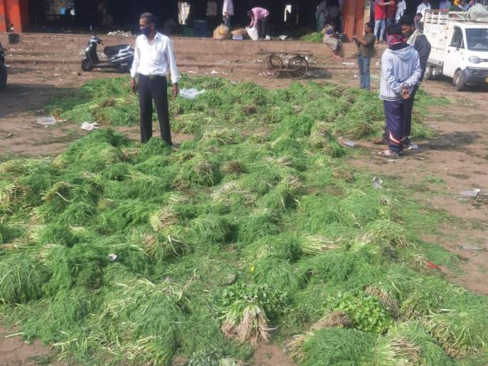 Farmers return after throwing fenugreek, shepu and cilantro in the market committee! | मेथी,शेपू, कोथींबीर बाजार समितीत टाकून शेतकरी परतले!