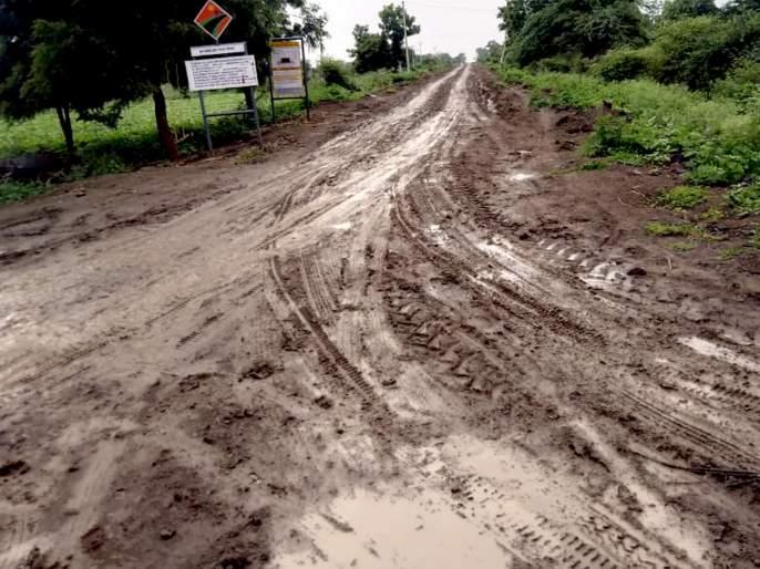 Parbhani: Educational loss due to partial road | परभणी : अर्धवट रस्त्यामुळे शैक्षणिक नुकसान
