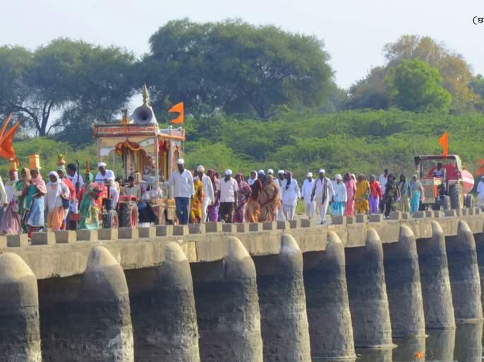 Warkaris arrive in Paithan along with hundreds of Dindis | शेकडो दिंड्यांसह वारकऱ्यांचे पैठणमध्ये आगमन