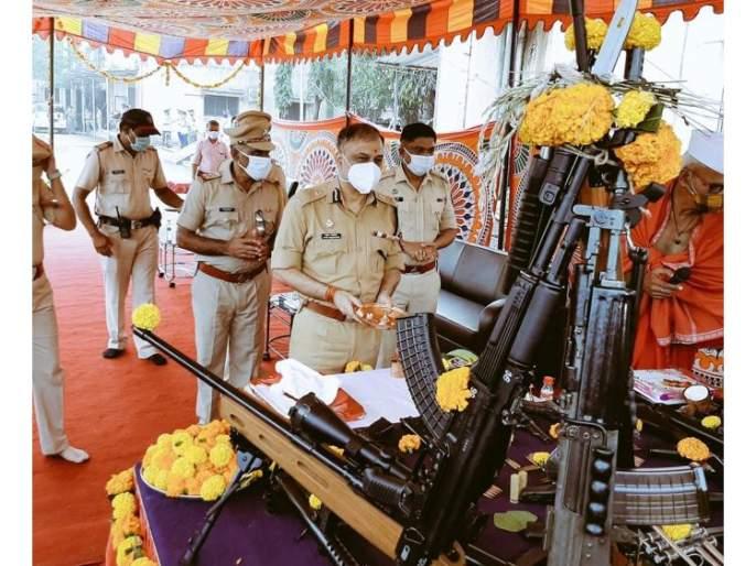 In Thane, on the occasion of Vijayadashami, the Commissioner of Police performed Shastra Pujan | ठाण्यात विजयादशमीनिमित्त पोलीस आयुक्तांनी केले शस्त्रपूजन