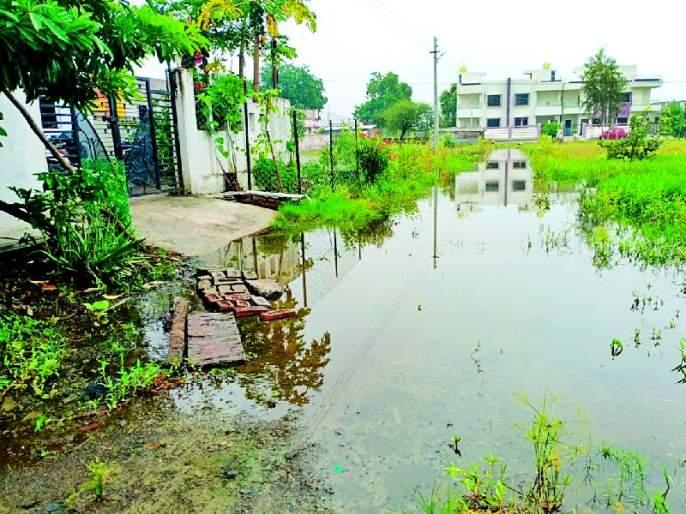 Inviting disease due to stagnant water | साचलेल्या पाण्यामुळे रोगराईला आमंत्रण