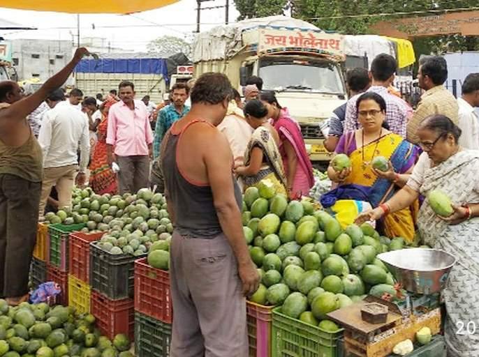 Carri's market in Gujarat, Hyderabad, on Shirpur | शिरपुरात गुजराथ,हैद्राबादच्या कैरीचा बाजार