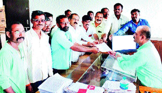 Devala Shiv Sena gives a statement to tahsildar | देवळा शिवसेनेतर्फे तहसीलदारांना निवेदन