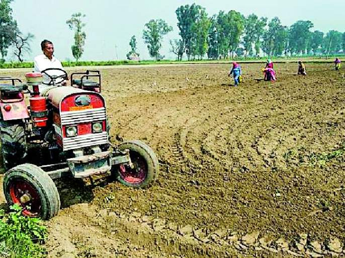 The agricultural utility tractor is running on the road | कृषी उपयोगी ट्रॅक्टर धावताहेत रस्त्यावर