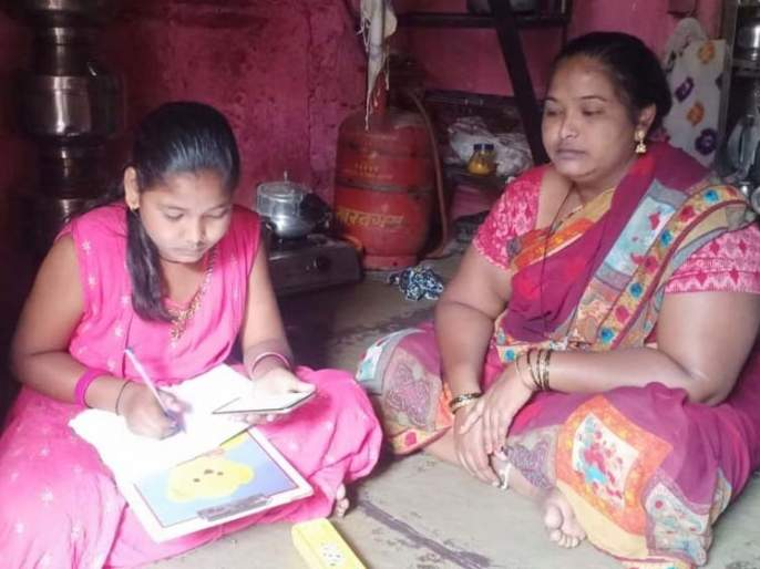 For the online education of the girls, the mother mortgaged the cave of good fortune | मुलींच्या ऑनलाइन शिक्षणासाठी मातेनं गहाण ठेवलं सौभाग्याचं लेणं