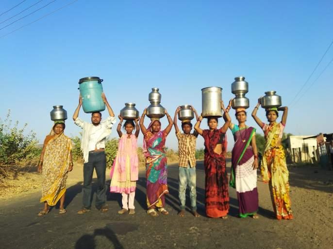 Deep water scarcity in Pelakos village | पिळकोस गावात तीव्र पाणी टंचाई