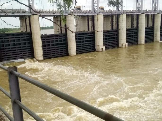 Parbhani: Opening gate of Degrees Dam and water to Nanded | परभणी : डिग्रस बंधाऱ्याचे गेट उघडून नांदेडला पाणी