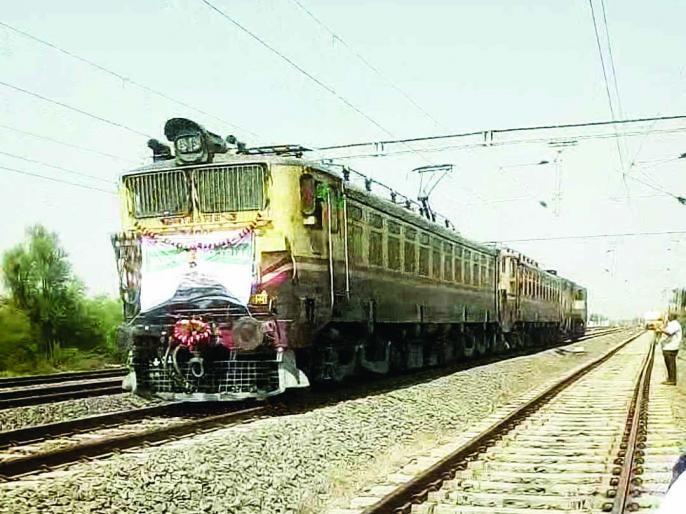 Kurduwadi to Dhalgaon, Dudhni to Savalgi, Mohol-Kurduwadi route | कुर्डूवाडी ते ढालगाव, दुधनी ते सावळगी, मोहोळ-कुर्डूवाडी मार्गावर धावली विजेवरील रेल्वे