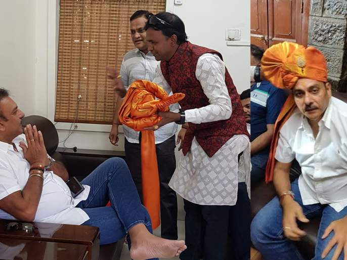 Trainer Ravi Shastri Saibaba's foot | प्रशिक्षक रवी शास्त्री साईबाबांच्या चरणी