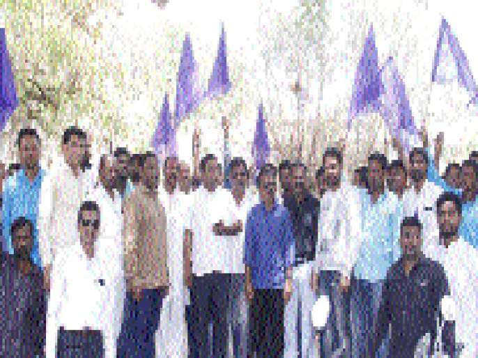 Demonstrations before the District Collectorate on behalf of the RPI | रिपाइंच्या वतीने जिल्हाधिकारी कार्यालयासमोर निदर्शने
