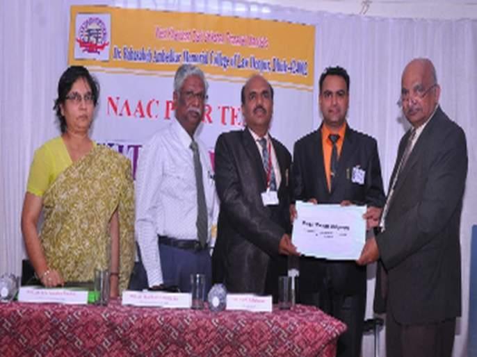Gift of NAC Committee to Law College | विधी महाविद्यालयास नॅक कमेटीची भेट