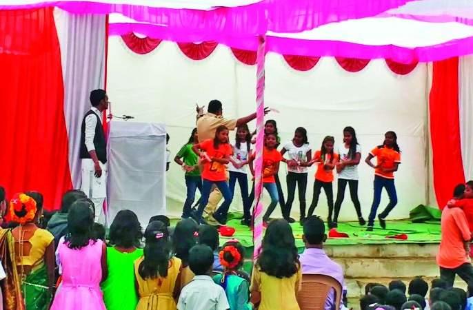 Policeman misbehaved with girls' on Republic Day program | प्रजासत्ताक दिन कार्यक्रमात पोलिसाने उधळल्या विद्यार्थिनींवर नोटा